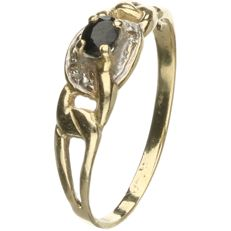 14 kt Yellow gold ring set with onyx and 2 brilliant cut diamonds, approx. 0.01 ct in total.