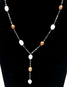 White gold necklace (18 kt) with alternating white and brown freshwater pearls