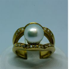 Cocktail ring of 18 kt yellow gold and Australian pearl
