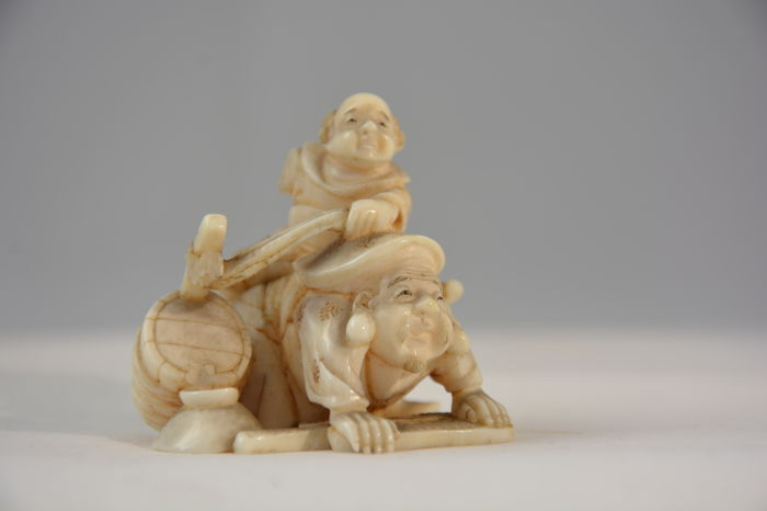 "Ivoren netsuke ""entertainers"" - Japan - begin 20e eeuw"