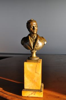 Beautiful bronze bust of a distinguished gentleman on marble base - 19th century