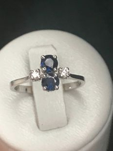 Beautiful 18 kt white gold ring set with a sapphire and diamonds – size 49 / 15.78 mm