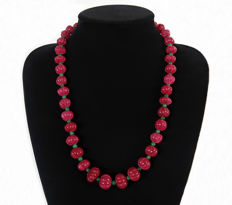 Long ribbed melon shaped ruby and emerald necklace - 565 ct - length: 60 cm