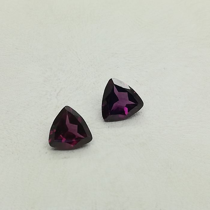 Pair of rhodolites, 2.68 ct (in total)