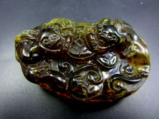 Blue Dominicana Amber sculpture, two Pixiu animal keeping a Chinese coin, carved by Chinese master, 46,3 grams