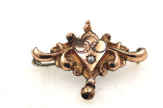 Art Nouveau - tombac brooch with gold leaf and cultured pearl - very beautiful filigree design - 34.29 x 25.88 mm