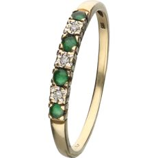 14 kt - Yellow gold ring set with 4 brilliant cut emeralds and 3 single cut diamonds of 0.03 ct in total - Ring size: 21 mm