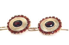 Vintage garnet drop earrings with faceted Bohemian garnets in 14 kt / 585 yellow gold