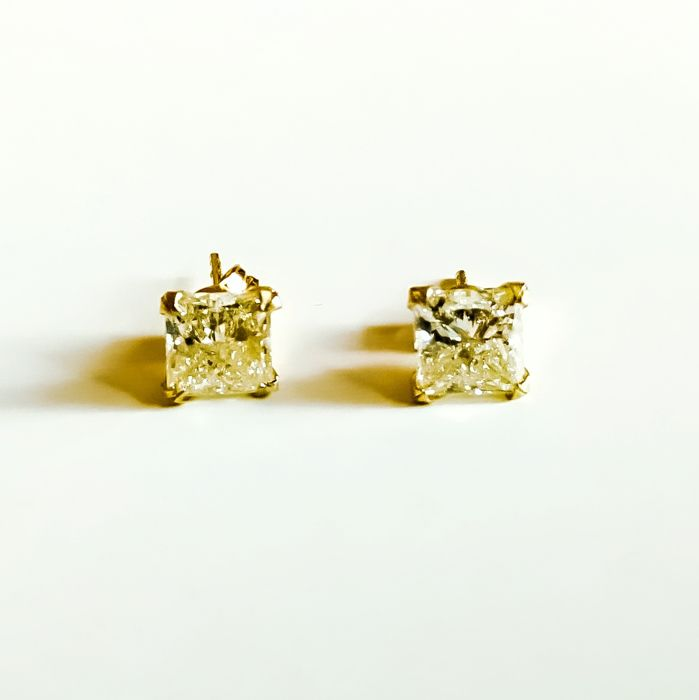 Princess cut diamond earstuds