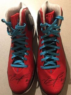Unique sneakers, used and signed by Derrick Rose in official match with face-to-face certificate