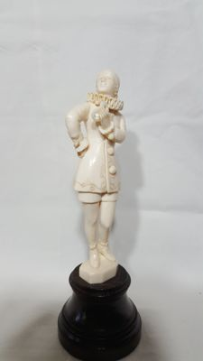 AG - Ivory sculpture depicting a Carnival character