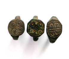 Collection of three Medieval  bronze rings - 20 mm x 20 mm (3)