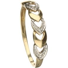 14 kt Yellow gold tooled ring set with 3 brilliant cut diamonds, approx. 0.015 ct in total - ring size: 18 mm