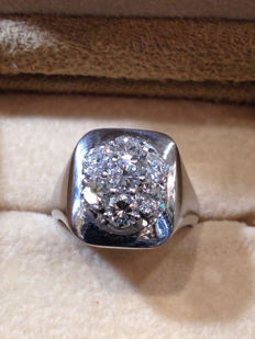 18 kt white gold ring, knight's model, with 7 diamonds totalling 2.40 ct