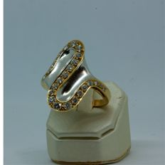 Two-tone 18 kt gold cocktail ring with diamonds