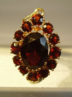Large 14 kt gold pendant with blood-red Bohemian garnets totalling approx. 12 ct