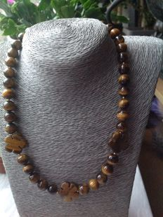 Necklace of Tiger's Eye with Yellow Gold 18 kt/750 Clasp, length: 47 cm