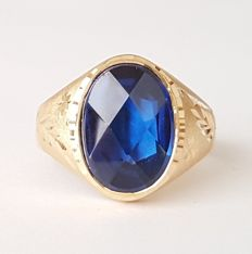 Ring in 18 kt gold with a Verneuil blue sapphire of 8 ct - Size: 19.7 mm, 22/62 (EU).