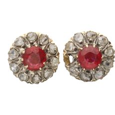 18 kt - Yellow gold stud earrings each set with rose cut diamonds of approximately 0.38 ct. and a garnet - Diameter: 11 mm