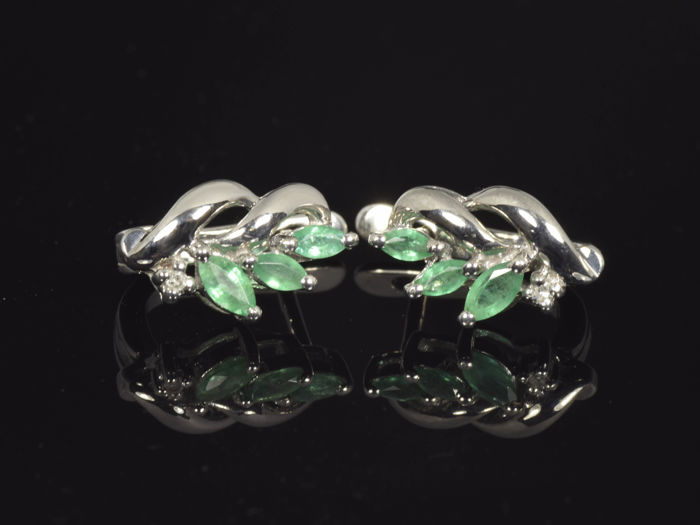 14 kt gold. Earrings Emerald 0.64 ct in total Diamond of 0.01 ct. in total Weight: 3.77 g