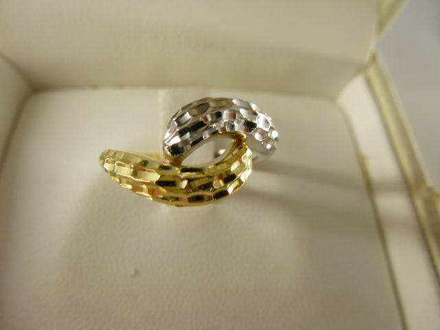 Gold ring (18 kt) with diamond effect