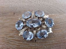 White gold Art Deco brooch set with aquamarine, in 14 kt  Gold