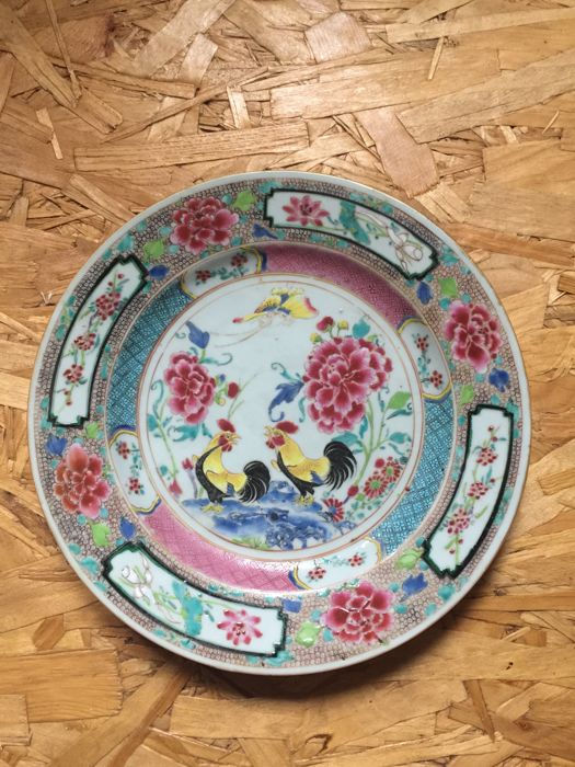 Porcelain plate with 2 cocks and peonies, Yongzheng, early Qianlong, 18th century