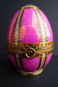 "Fabergé Imperial Egg ""Danish Place 1895 Egg"" - Limoge Porcelain (France) - 24K Gold finish - Signed"
