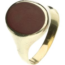14 kt Yellow gold signet ring set with carnelian. - ring size: 22 mm