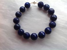 Bracelet made of faceted lapis lazuli, with a yellow gold clasp in 18 kt / 750, length 22 cm.