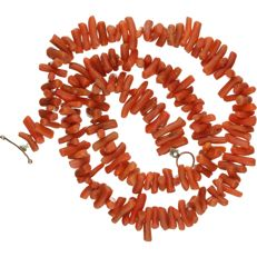 Blood coral necklace with a 14 kt yellow gold clasp. - length x width: 36 x 0.1 cm