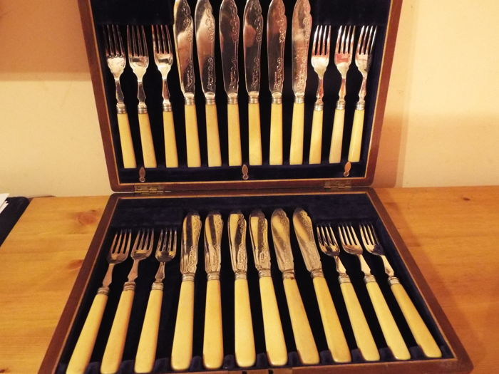 elkington and co antique 24 piece silver plated canteen of flatware