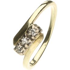 14 kt. Yellow gold wavy ring set with brilliant cut diamonds of approx. 0.06 ct. - Ring size: 15.5 mm