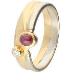 18 kt - Bi-colour ring set with ruby and one brilliant cut diamond, approx. 0.03 ct in total - Ring size: 17 mm