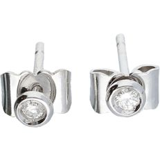 18 kt - White gold earrings set with 2 brilliant cut diamonds, approx. 0.04 ct in total - Length x width: 1.2 x 0.3 cm