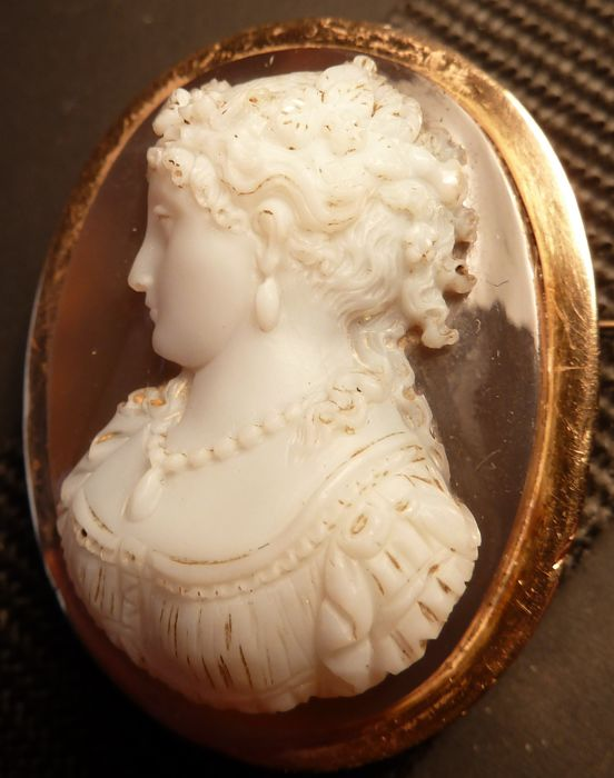 Gorgeous pendant/brooch intaglio on agate, beautiful lady, very fine work mounted on 18 kt gold
