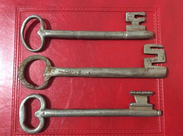 Lot of three iron keys