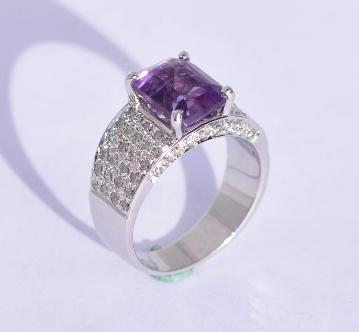 18k white gold ring with 70 brilliant cut diamonds, +/- 1.05 ct, H colour, SI clarity and amethyst, 7.7 x 9.6 mm - No Reserve Price
