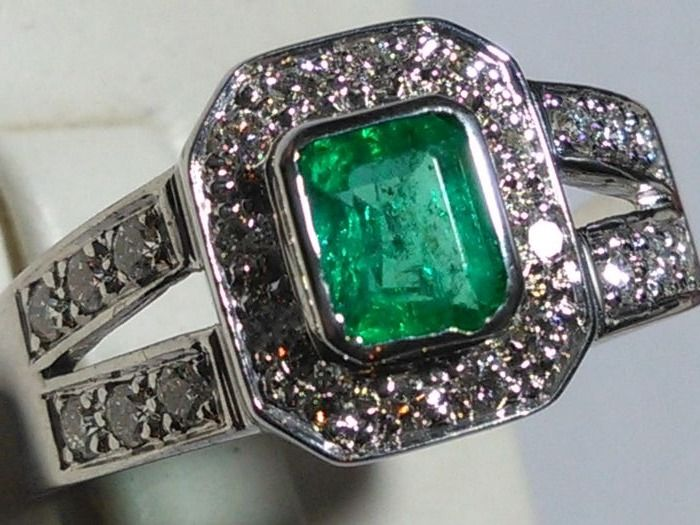 Gold ring (18 kt) with emerald and natural diamonds - Made in Italy - No reserve