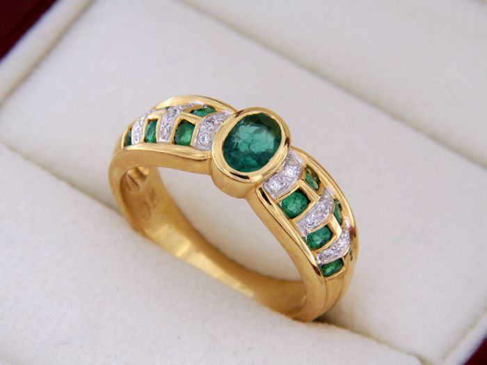 Ring in 18 kt yellow gold - emeralds - Diamonds - Ring size: 54