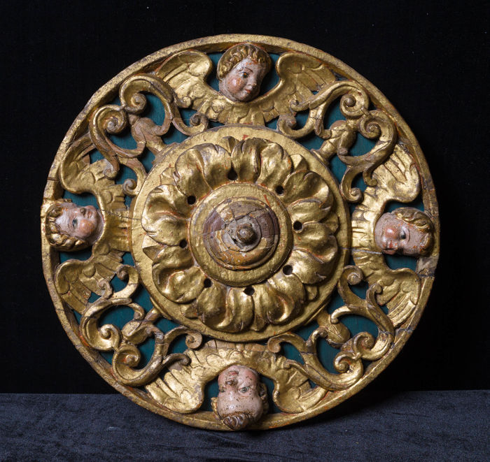 Relieve, Vault key with angels. - Carved wood, polychrome and gold. - Primera mitad del siglo XVI