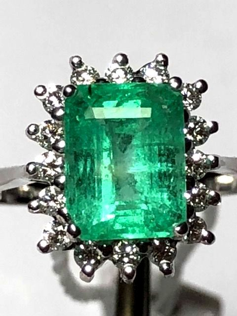 Women's 18 kt white gold cocktail ring with 2.40 ct emerald and 0.32 ct diamonds - No reserve