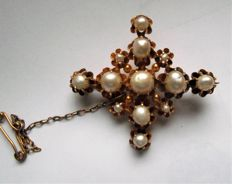 19th century gold brooch with natural pearls