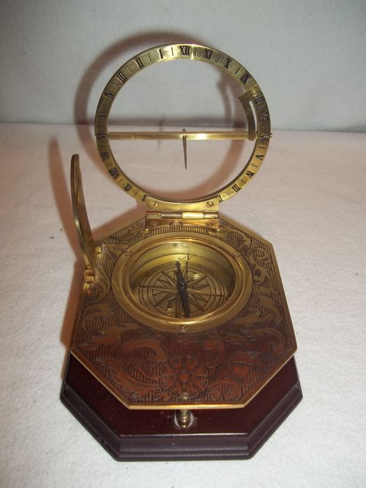 """Franklin Mint - Measuring instrument """"Universal Sundial"""" - Completely 24 carat gold plated - Very good condition."""