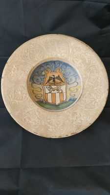 Manner of Casteldurante  - Plate, majolica 'white on white' with coat of arms - 1 - Ceramic