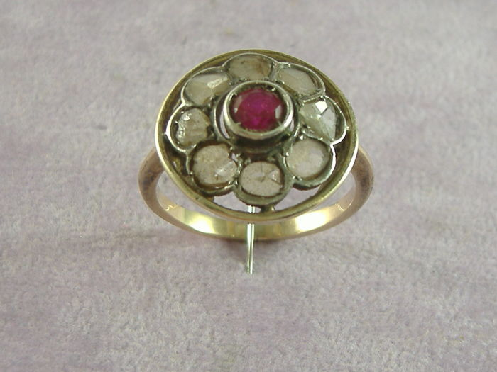 Ring in 14 kt gold with 2.2 ct of diamonds and central ruby, Italy, late 1800s