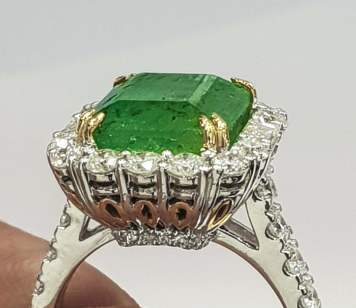 IGI, Antwerp Certified - Ring - Gold, White gold - No indication of treatments - 7.1 ct - Emerald and Diamond
