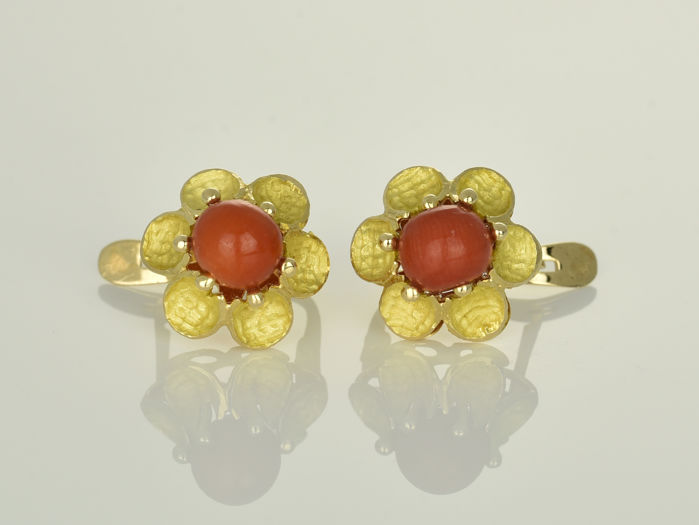 Gold earrings of 18 kt  Coral ø 6 mm 16 x 12 x 16 mm