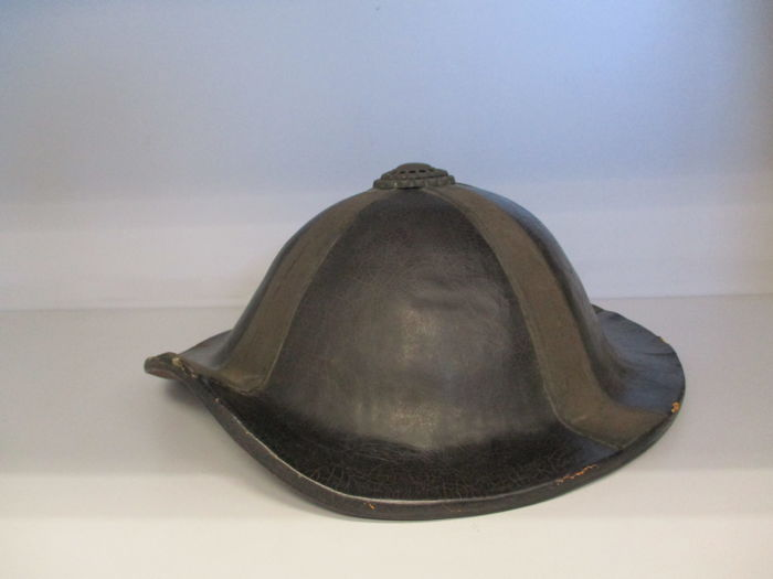 Very nice bajo jingasa samurai hat black and red leather - Japan - early 19th century