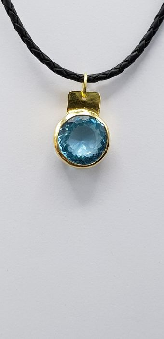 18 kt yellow gold pendant with blue topaz weighing 23 ct, Size pendant : 30 x 18 x 7 mm - No reserve